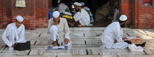 Studenten der islamischen Hochschule Darul Uloom Deoband lernen für ihre Prüfungen