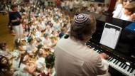 Geschützter Raum: Jüdische Schüler, hier in Frankfurt, feiern gemeinsam das Schawuot-Fest.