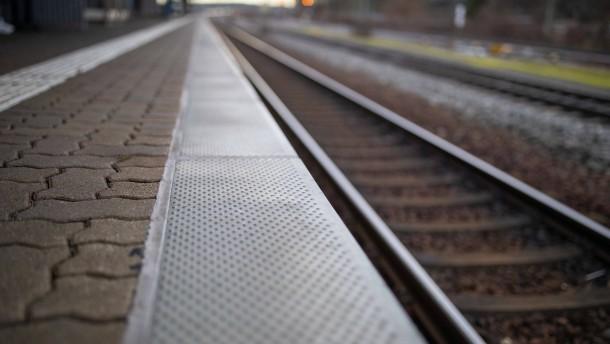 Mehrjährige Haftstrafen für tödliche Stöße ins S-Bahngleis