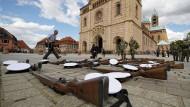 Soldaten bereiten am Samstag vor dem Speyerer Dom das Große militärische Geleit für Helmut Kohl vor