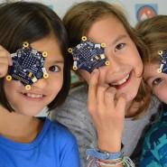 Kinder halten den Mini-Computer «Calliope mini» (Archiv)