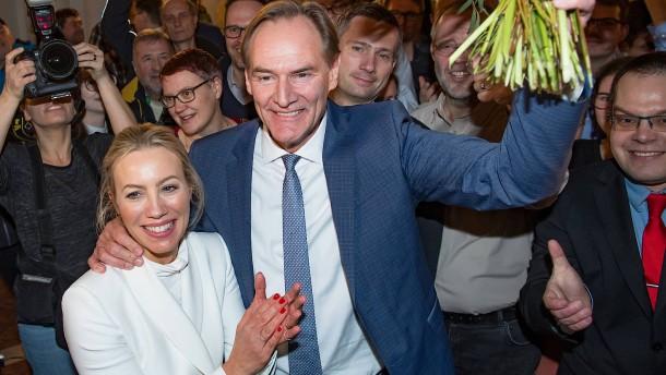 Amtsinhaber Burkhard Jung setzt sich knapp durch