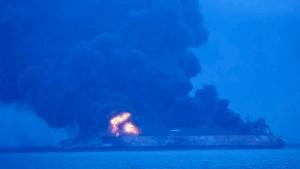 Brennender Tanker vor Chinas Küste droht zu kentern