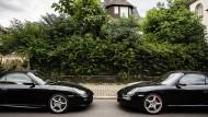 Ein Skandal? Zwei Porsche im Frankfurter Holzhausenviertel.