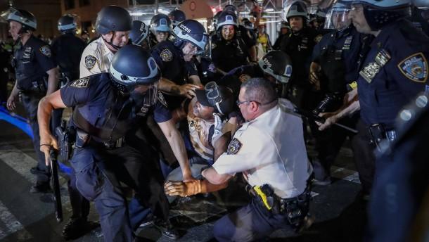 30 Festnahmen bei Protesten gegen Polizeigewalt