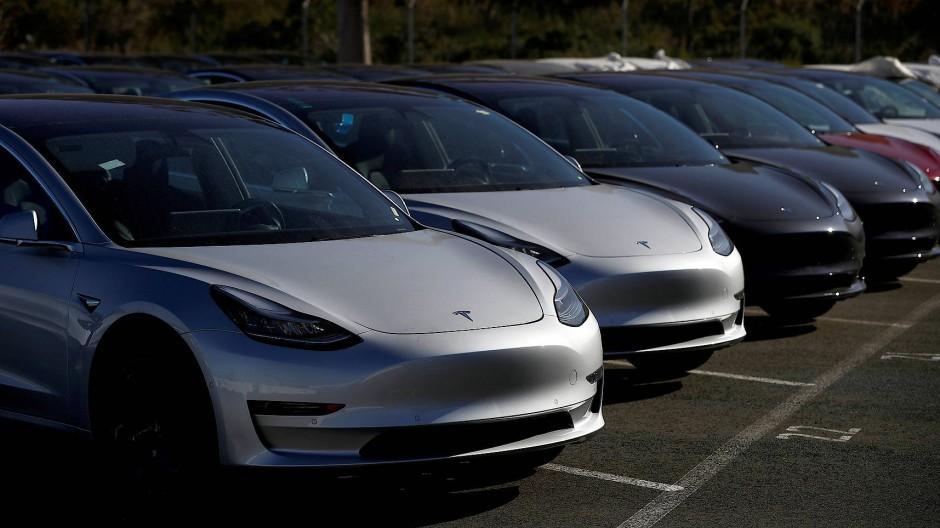 """Im April wurden nur 4768 reine E-Autos neu zugelassen, das entspricht einem Marktanteil von 1,5 Prozent. Auch das """"Model 3"""", der Hoffnungsträger von Tesla, kommt auf gerade einmal 514 Stück."""