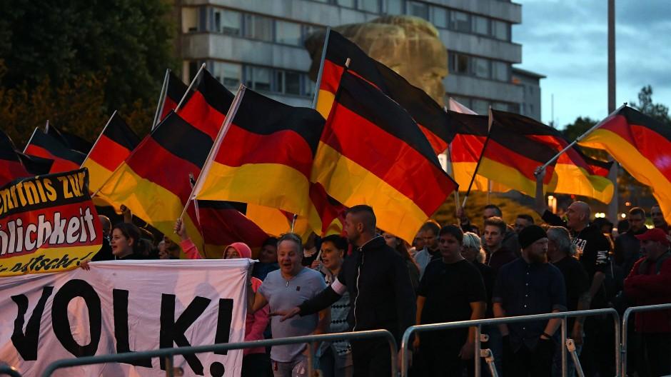 """Das """"Zentrum für Politische Schönheit"""" gibt an, Bilder von mehr als 7000 Verdächtigen ausgewertet zu haben, die an Demonstrationen der Rechten in Chemnitz beteiligt waren."""