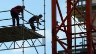 Statistisch belegt: Auf hessischen Baustellen wird schlechter gezahlt als anderswo - hier eine Baustelle in Offenbach (Symbolbild)