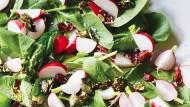 Radieschenblatt-Salat mit karamellisierten Kürbiskernen