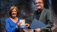 Ministerpräsidentin Malu Dreyer (SPD) und Robert Menasse bei der Verleihung der Carl-Zuckmeyer-Medialle.