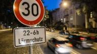 Weniger Lärm in der Nacht: Ein Modellversuch ergab, dass die Maßnahme geeignet sei, und keine Verkehrsbehinderung darstellt.