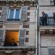 Von Balkon zu Balkon wird im Moment in vielen Ländern gesungen. Hier am Fenster ist es ein Tenor-Sänger aus Frankreich.