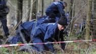 Auf der Suche nach Maria Bögerl durchforsten Polizisten ein Waldstück in Baden-Württemberg (Archivbild).
