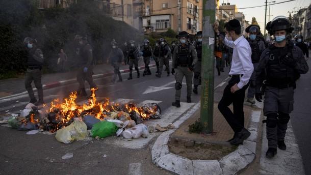 Corona-Protest: Ultraorthodoxe greifen in Israel Polizei an
