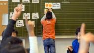 Kinder von Aslybewerbern nehmen in einer Grundschulklasse in Berlin am Deutschunterricht teil.
