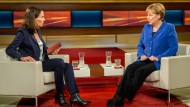 Ausnahmsweise nur zu zweit: Bundeskanzlerin Angela Merkel bei Anne Will im Oktober 2015