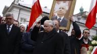 Als sei ein Teil von ihm selbst tot: Jaroslaw Kaczynski vor einigen Tagen während der Gedenkfeier für seinen toten Bruder Lech vor dem Warschauer Präsidentenpalast