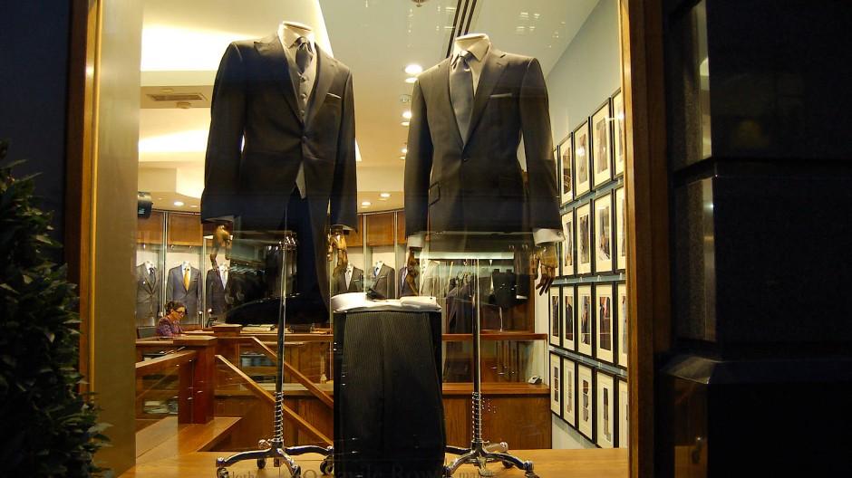Arbeit nach Maß. Das Foto zeigt Hose, Coat und Cutaway in einem Schaufenster auf der Londoner Savile Row.