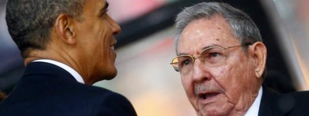 Keine Feinde mehr: Barack Obama und Kubas Präsident Raul Castro trafen sich in Johannesburg im Dezember 2013 bei der Trauerfeier für Nelson Mandela.