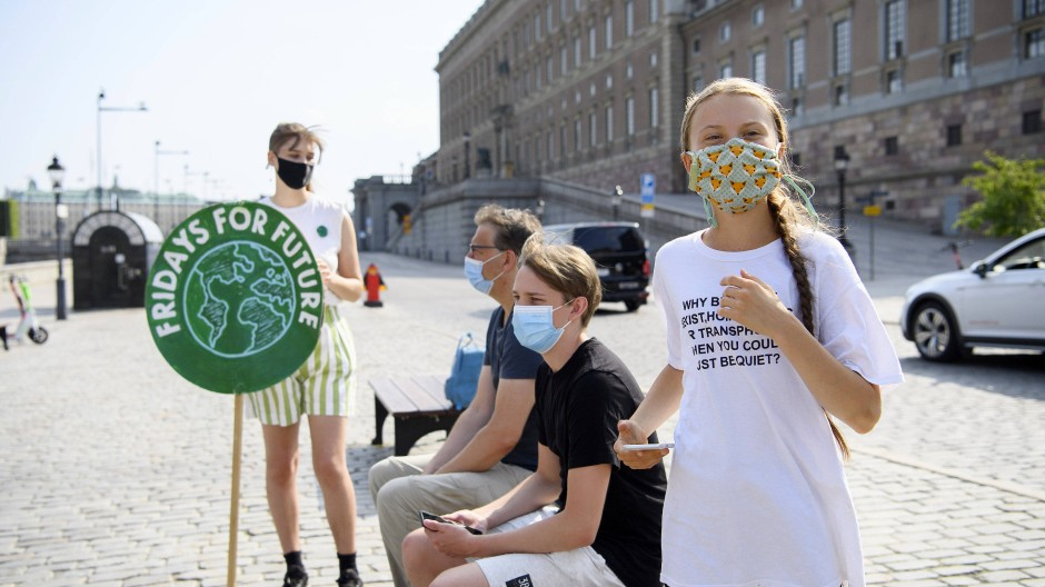 Klimaaktivistin Greta Thunberg vor einem Protest mit anderen Aktivisten am schwedischen Parlamentsgebäude.