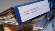 """Gesammelte Daten: Ein Aktenordner mit der Aufschrift """"Telefonnummern, Email- & IP-Adressen""""."""