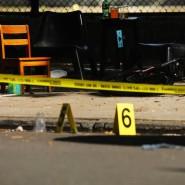 Markierungen der Polizei stehe in New York am Tatort, wo ein einjähriges Kind bei einer Schießerei starb.