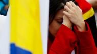 Eine Wählerin in Bogota reagiert fassungslos auf das ablehnende Ergebnis ihrer Landsleute.