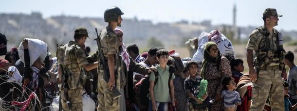 Syrische Kurden warten bei Suruc darauf, die Grenze zur Türkei überqueren zu dürfen (Archivfoto vom 20. September)