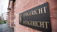 Das Landgericht Hanau hat einen 22 Jahre alten Rumänen nach einem Mord an einer Reiterhof-Chefin zur lebenslanger Haft verurteilt.