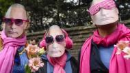Aktivisten mit Putin-Masken demonstrieren vor der russischen Botschaft in London gegen das Vorgehen gegen Homosexuelle in Tschetschenien.