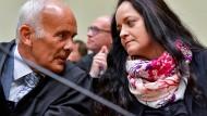 Urteil nach mehr als 430 Prozesstagen: Beate Zschäpe im Gerichtssaal des Oberlandesgerichts München mit ihrem Anwalt Hermann Borchert