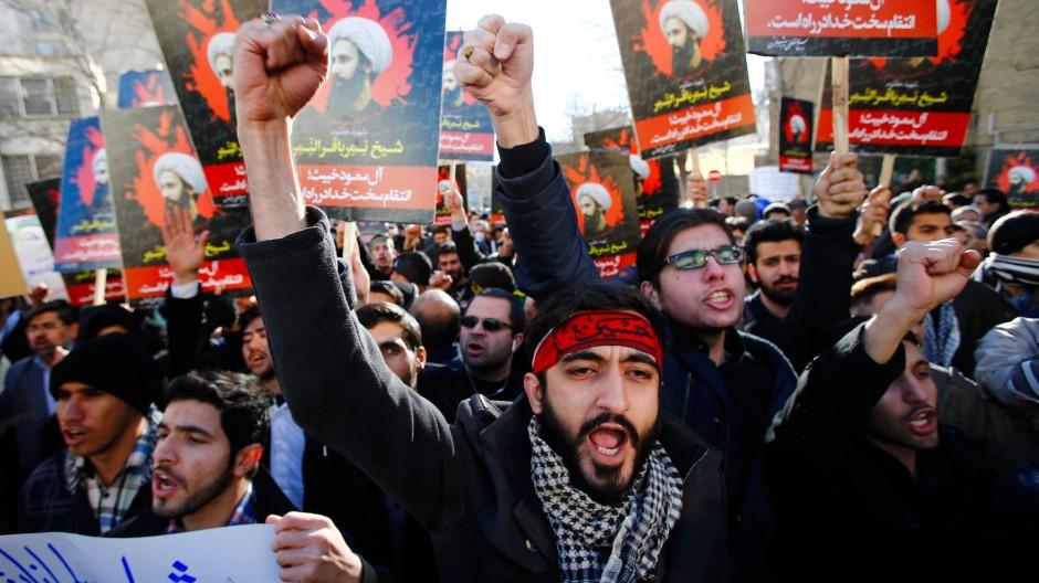 Reaktion und Gegenreaktion: Vor der saudischen Botschaft in Teheran halten Demonstranten Plakate mit dem Bild des Klerikers in die Höhe.