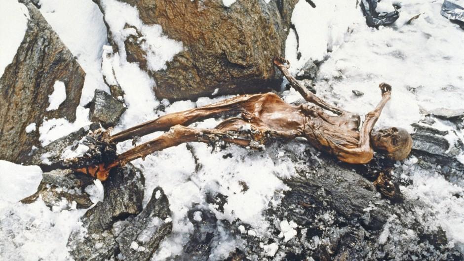 Hinterrücks niedergestreckt: Vor 30 Jahren tauchte der Mann aus dem Eis, der bald als Ötzi bekannt wurde, am Tisenjoch in den Ötztaler Alpen auf.