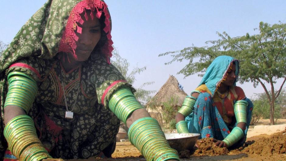 Verlierer des landwirtschaftlichen Strukturwandels: In Indien säen Kleinbauern manchmal noch mit den Händen