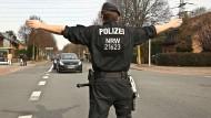 Derzeit gibt es nicht genug von ihnen: ein Polizist im Einsatz in Oberhausen, Nordrhein-Westfalen