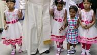 In Begleitung von kleinen Mädchen verlässt Papst Franziskus 2017 ein Heim für Waisenkinder des Mutter-Teresa-Ordens in Bangladesch.