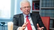 Beobachter: Roland Koch verfolgt von seiner Kanzlei in Frankfurt aus Politik und Wirtschaft gleichermaßen.