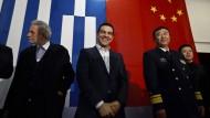 Der griechische Ministerpräsident Alexis Tsipras (links) vor seiner Rede an Bord des chinesischen Marineschiffes Changbaishan 2015 im Hafen von Piräus