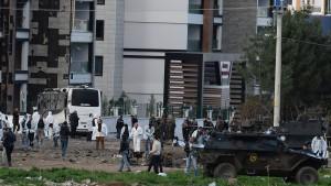 Sieben Polizisten sterben durch Bombenanschlag
