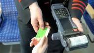 Kontrolle im Zug: Die Messe-Eintrittkarten gelten seit 1. Januar nicht mehr als gültige Fahrscheine im öffentlichen Nahverkehr.