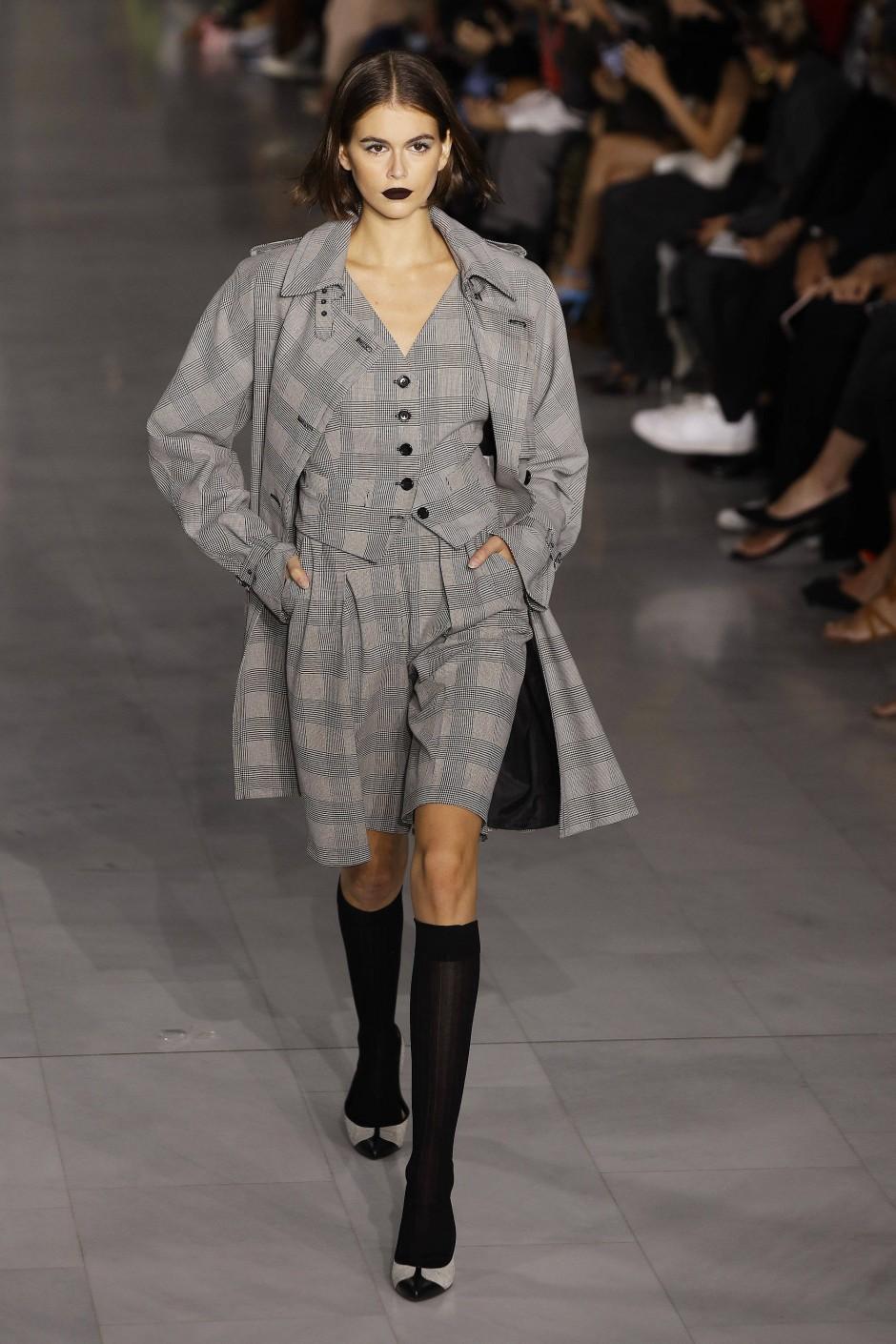 Model Kaja Gerber präsentierte 2019 die diesjährige Frühjahrskollektion für Max Mara: viel Grau dabei.