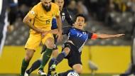 """""""Ausgepresst wie eine Zitrone"""": Makoto Hasebe (rechts), der mit Japan 1:1 gegen Australien spielte, flog einmal um die Welt."""