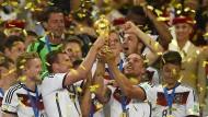 Da waren es noch 32 Teams: Anders als beim Titelgewinn der Deutschen 2014 könnten schon bald 48 Mannschaften beim WM-Turnier mitspielen
