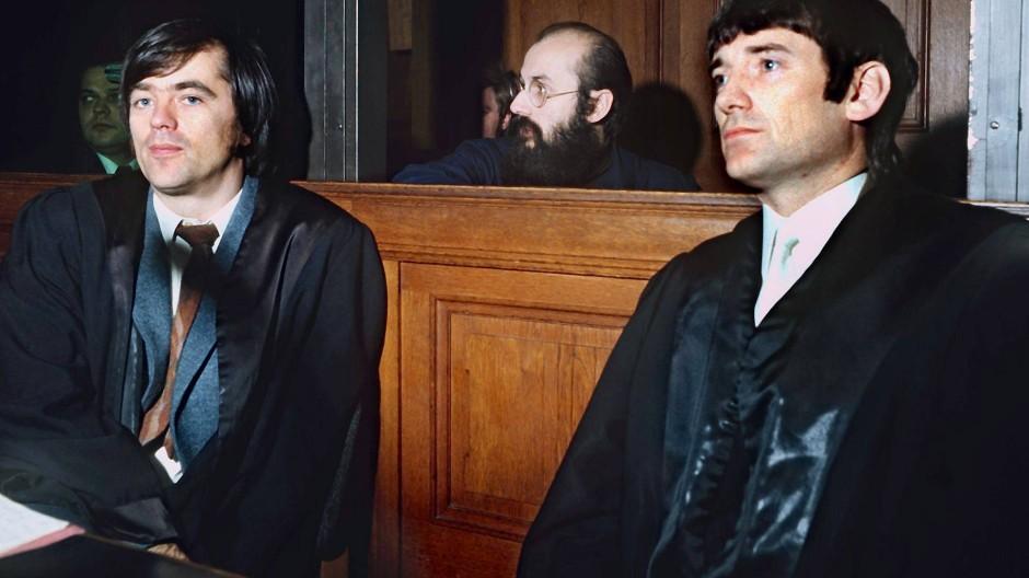 Horst Mahler (hinten) im Oktober 1972 mit seinen Anwälten Hans-Christian Ströbele und Otto Schily