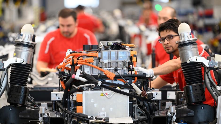 Porsche-Mitarbeiter arbeiten während einer Showproduktion zur Eröffnung der Produktion des Modells Taycan im Stuttgarter Werk.