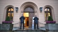 Polizisten stehen vor Auftakt des Prozesses im Jahr 2016 vor dem Oberlandesgericht in Celle (Niedersachsen).