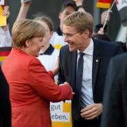 Verstehen sich augenscheinlich ganz gut: Kanzlerin Merkel und Ministerpräsident Günther.