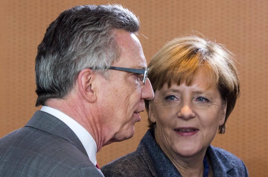 Ziehen sie an einem Strang? Angela Merkel und Thomas de Maizière (beide CDU) vor einer Kabinettssitzung zur Flüchtlingsfrage am 15. September.