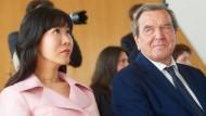 Gerhard Schröder (SPD) und seine Gefährtin So Yeon Kim im April 2018.