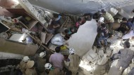 Suche nach Überlebenden: Bewohner der nordwestsyrischen Stadt Maasran nach einem russischen Luftangriff